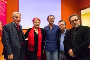 El ganador de la primera edición del certamen, Daniel Pérez (c) junto al decano del CPPA, la periodista Rosa María Calaf y miembros del Colegio de Periodistas en Jerez.